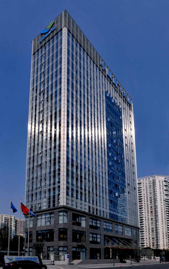 中国商用飞机有限责任公司,简称中国商飞(Commercial Aircraft Corporation of China Ltd,简称COMAC),中国商用飞机有限责任公司于2008年5月11日在中国上海成立,是我国实施国家大型飞机重大专项中大型客机项目的主体,也是统筹干线飞机和支线飞机发展、实现我国民用飞机产业化的主要载体。中国商飞公司注册资本190 亿元,总部设在上海。公司所属单位主要有中航商用飞机有限公司、上海飞机设计研究所、上海飞机制造有限公司、上海飞机客户服务有限公司以及上海航空工业( 集团)