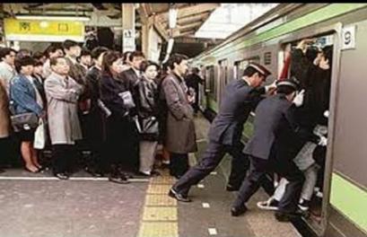 東京的地鐵,賣力的乘務人員叔叔們圖片