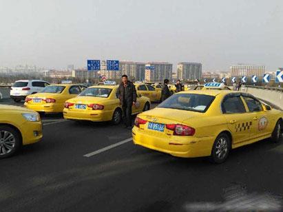 9日开始青岛大街上出租车也明显减少,在一些路段,出租车或多或少得一